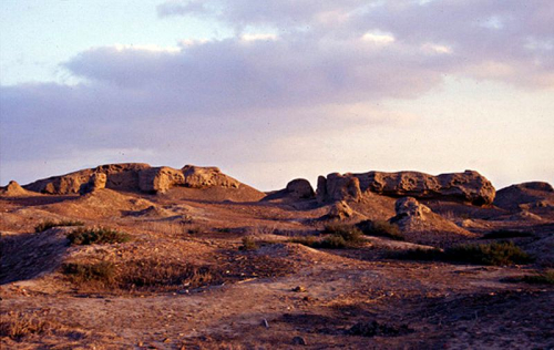 800px-Ruins_of_mudbrick_buildings_on_the_northern_mound_of_Buto-Desouk